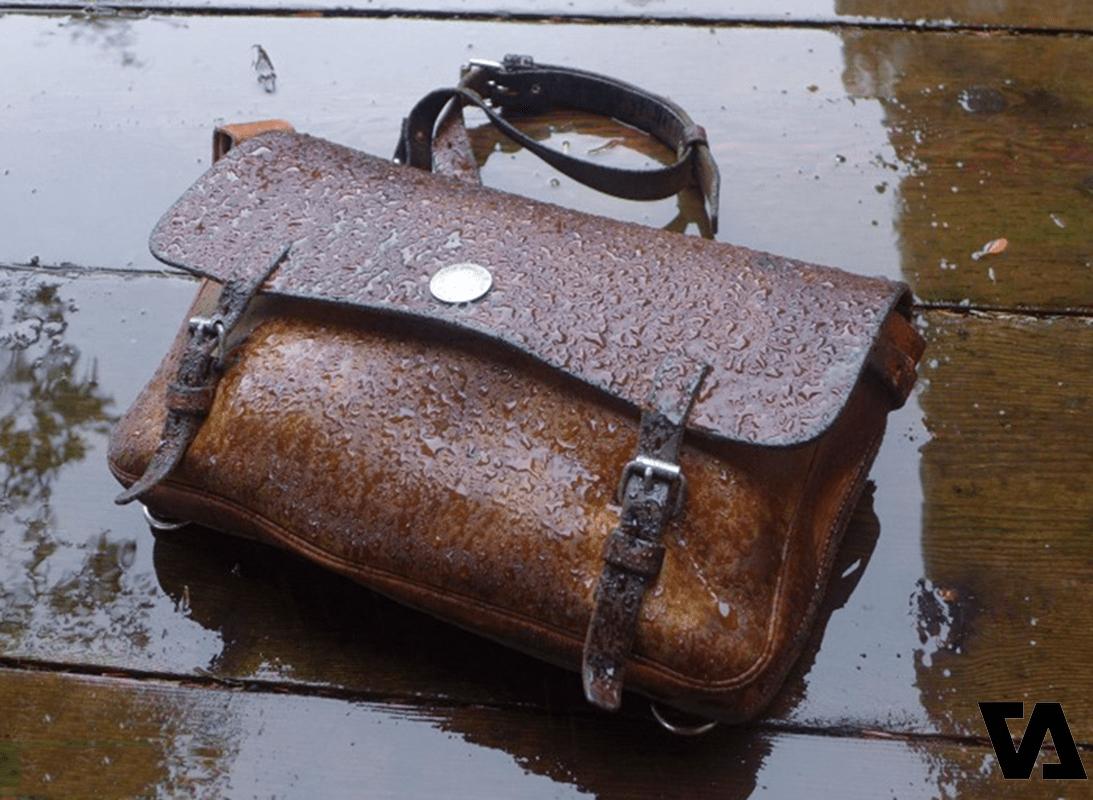 Túi da tiếp xúc với nước rất dễ dẫn đến tình trạng ẩm mốc, lâu dần gây hại đến da
