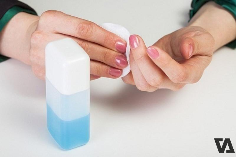 Sử dụng nước tẩy sơn móng tay để vệ sinh túi da màu trắng cho các vết bẩn cứng đầu