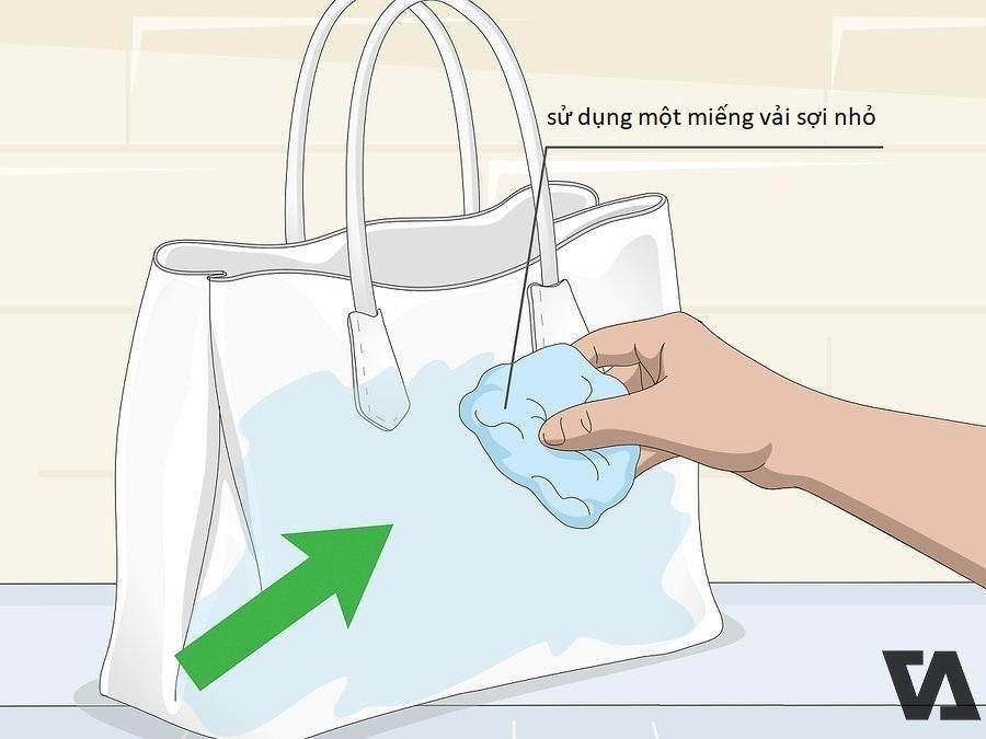 Sử dụng một miếng vải sợi nhỏ để lau sạch các vết bẩn càng sớm càng tốt