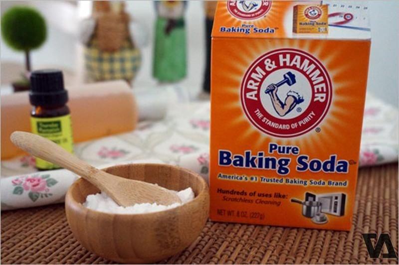 Vệ sinh túi da màu trắng cho các vết bẩn cứng đầu với Baking Soda