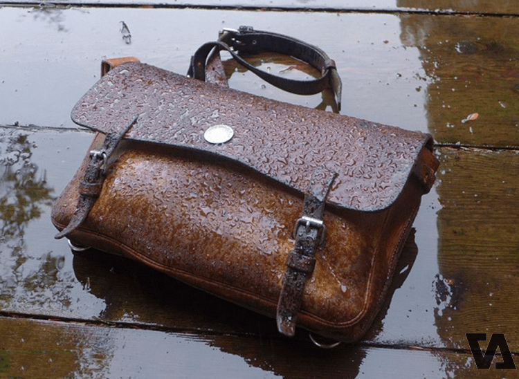 Tuyệt đối không nên để túi tiếp xúc với nước mưa