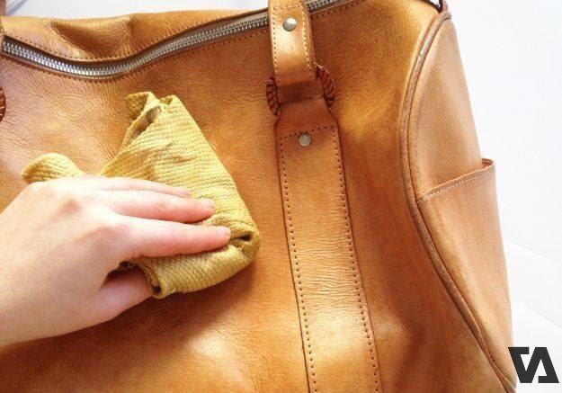 Lau các vết bẩn của túi da màu vàng ngay để túi luôn như mới