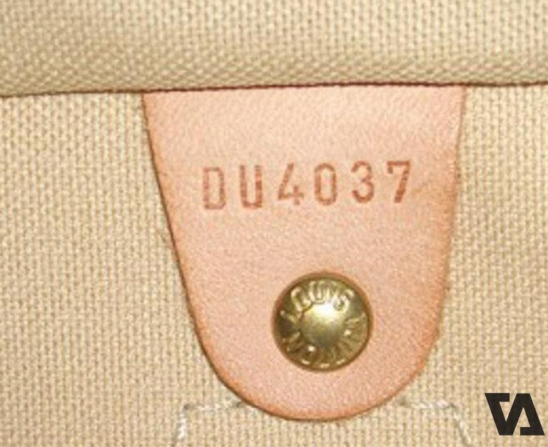 """Mỗi sản phẩm LV đều có một """"Date Code"""" (Mã sản xuất) được giập chìm trực tiếp lên sản phẩm hoặc một miếng da."""