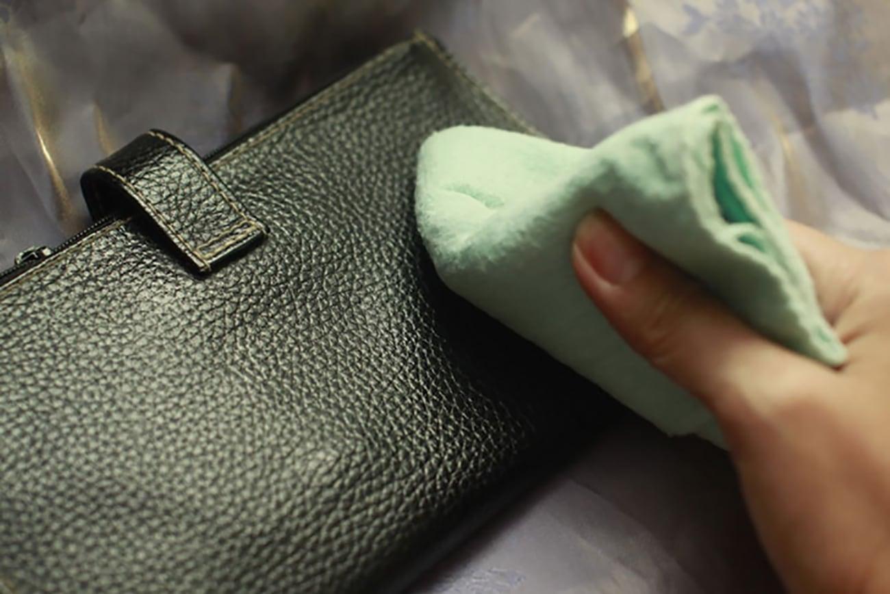 Làm sạch ngay khi có vết bẩn dính lên túi