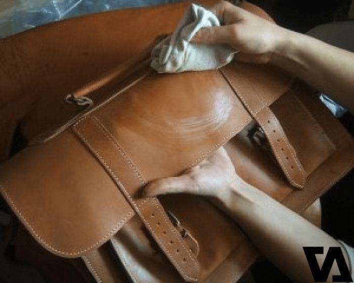 Túi da cũng cần được làm ẩm, làm mềm