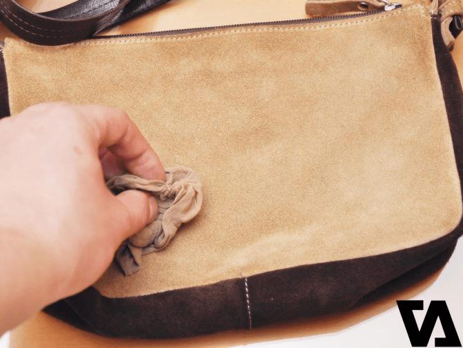 Hạn chế dùng khăn ướt để lau mặt ngoài túi